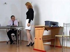 שובב תלמיד להיענש על ידי המורה
