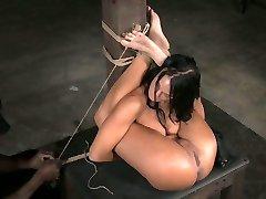 Flexibilné brunetka coura lriver je hračka v prdeli v hardcore BDSM porno klipu
