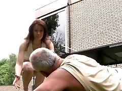 זקן סוטה לקיים יחסי מין עם סקיני ג ' ינג ' ית קטנטנה