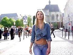 בלונדינית חמה לובש ג ' ינס צבוע בציבור