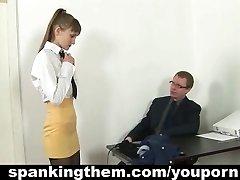 Nahnevaný šéf spanks tajomník