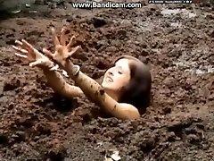 Handcuffed naine saab ummikus sügav muda