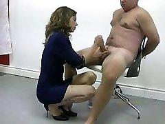 Policistka mučí nahou pachatel tím, že masturbuje a ničí jeho orgasmus