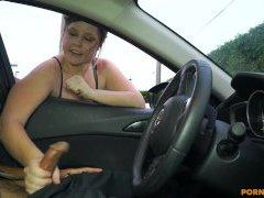 MILF mi dává honění na veřejnosti přes okno auta