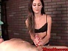 Petite massagista Renee Roleta masturbando cliente
