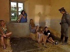 Donne, Prede di Guerra.फिल्म हिन्दी है । 1