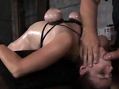 बीडीएसएम बड़े स्तन बुत रेड पीछे की ओर झुकाव