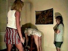 Sissy spanked v svoje hlačke, ki jih mamica