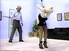 De mens maakt gebruik van de zweep op vrouw