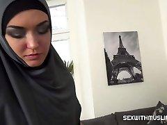 Slacking मुस्लिम पत्नी के साथ सजा दी