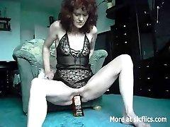 चरम शौकिया एक व्हिस्की की बोतल और घन