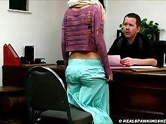 Realista castigo corporal remando en la escuela.