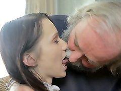 Kinky abuelo seduce adolescente princesa en lugar de enseñar a sus