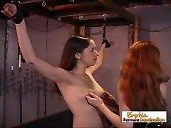 Vergas Mergaitės Gauti Nubaustas Už Elgiasi Kaip Šeimininkes