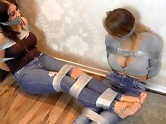 kahe suure rinnaga tüdrukud sidunud koos ductape