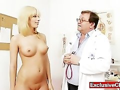 Blond Bella Morgan külastada gynoclinic on tema tuss gyno exami