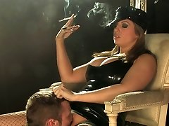 אשלי דאונס לעשן בשרשרת 120s לטקס עישון שליטה
