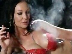 Fajčenie brunetka v červenú spodnú bielizeň + 120