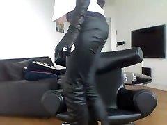 עישון ברונטית - מכנסיים + מגפיים