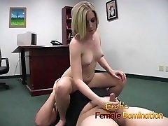 Blondīne biroja slampa dominē viņas nākotnes boss's gailis, līdz viņš