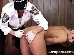 Babe Domineerivad Naissoost Politseiametnik