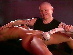 Blond store pupper fetish jente torturert av master