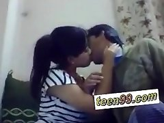 Indijos mokykloje studend bučiavosi giliai išreikšti meilę