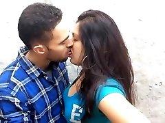 vaikinas pabučiuoti ir paspaudus boob 1