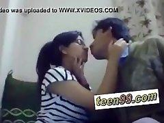 Indijas skola studend kissing dziļi mīlēt