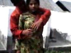 आदमी को दबाया उसकी प्रेमिका बड़े स्तन के सामने अपने दोस्तों