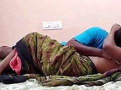 končno fuka svoje najboljše indijske prijatelje, žena pa cveti na trebuhu