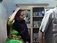 muslimská teta v hedvábných šatech