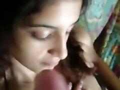 Indijas pāris uz dīvāna