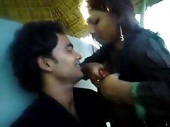 किशोरों की जोड़ी घर के बाहर मज़ा दे रही प्रेमिका उसके स्तन BF के लिए