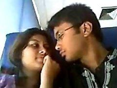 Indijos mylėtojai karšto lūpų bučinys