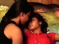 Indijos mergaičių bučiavosi