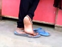 Candid indiaas enkelbandje voeten shoeplay in flipflops