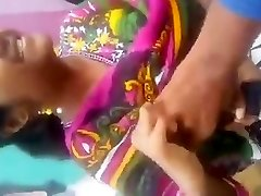 tamili tüdruk väljas rind vajutage