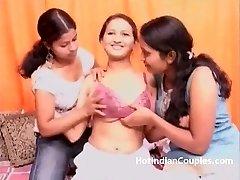 印度青少年舔他妈的吮吸阴部和胸部