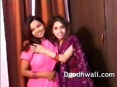 liels vientiesis apbrīnojamo indiešu laktācijas meitenes lesbiešu porno