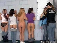 skupina dívek, ponížení ve vězení