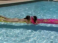 Dvě sexy lesbický děvky jíst muff pie v bazénu