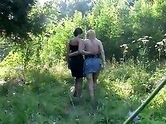 Lesbianas con pantimedias en el bosque
