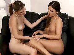 Sledujte tyto lesbičky hrát v detailním