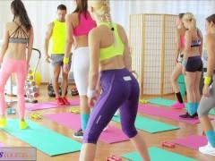 FitnessRooms Mladé dospívající, kurva, učitel tělocviku je velký penisy