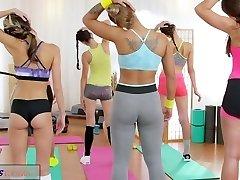 FitnessRooms Lesbickou trojku pro horké a zpocené tělocvičně babes
