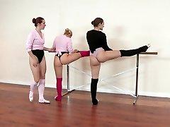 Tři sexy baleríny lížou své vlhké cooters v tanečním sále