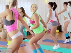Fitness Místností, Velký prsa lesbičky mají na denním pořádku tělocvičny trojka