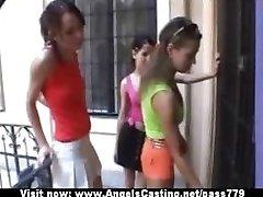 Sportovní mladé lesbičky se svlékat a lízat prsa a kočička