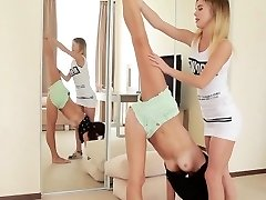 naken ekte flexi dukke stretching